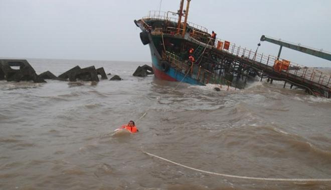 Foto: Un tanc petrolier a lovit digul în estuarul Yangtze