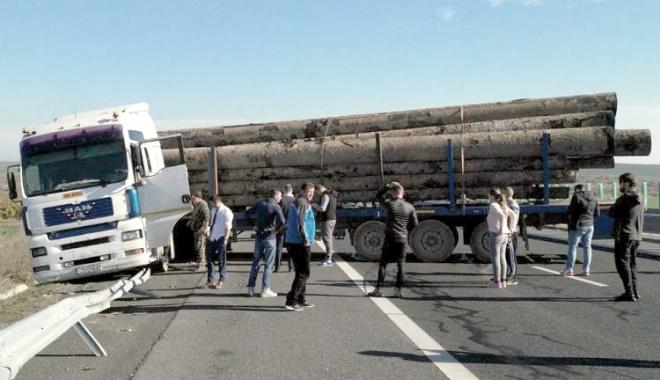 Foto: Un TIR ieşit în decor a blocat traficul pe Autostrada Soarelui