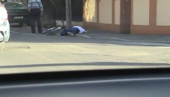 Foto: EXPERIMENT CAMERA ASCUNSĂ. Cum reacţionează românii când văd un biciclist căzut pe stradă