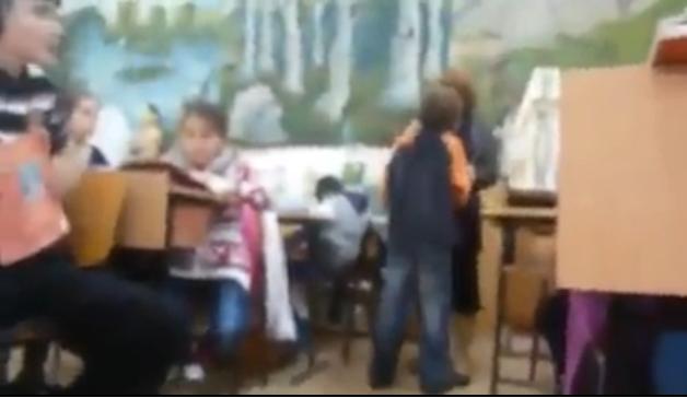 Foto: VIDEO. Caz revolt�tor! Un elev este b�tut crunt �n fa�a clasei, chiar de profesoara lui