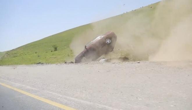 Foto: VIDEO ŞOCANT. TERIBIL ACCIDENT RUTIER, ÎN DRUM SPRE O NUNTĂ. MAŞINĂ ROSTOGOLITĂ, ŞOFER ARUNCAT DIN VEHICUL