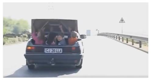 �NCON�TIEN�� DUS� LA EXTREM! Cu patru copii �n portbagaj, la un pas s� fie izbit de TIR / VIDEO