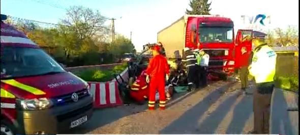 Foto: Preot mort pe loc, după ce maşina lui a fost lovită de TIR. Soţia şi şoferul, în stare gravă