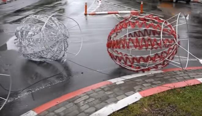 """Foto: Pericol pentru şoferii constănţeni! Ouăle decorative """"s-au ciocnit"""" în sensurile giratorii - VIDEO"""
