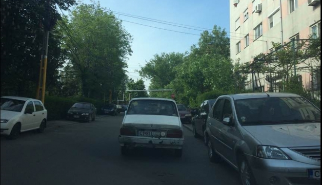 Cât de nesimţit să fii să îţi laşi maşina în stradă, în asemenea hal!? Aloooo, poliţiile...