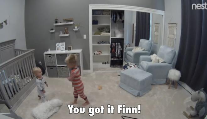 """Foto: VIDEO / METODA INGENIOASĂ prin care un băieţel şi-a ajutat fratele mai mic """"să evadeze"""" din pătuţ"""