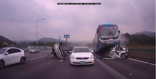 Foto: IMAGINI VIDEO ÎNFIORĂTOARE! CARNAGIU pe şosea, după ce şoferul unui camion a adormit la volan