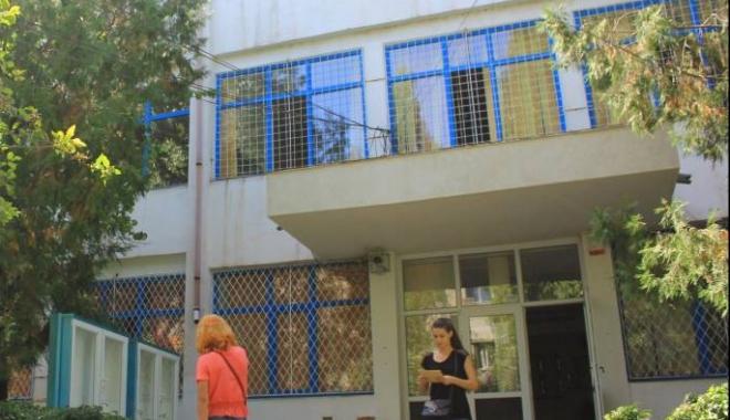 """Foto: Scandalul de la Liceul """"Madgearu"""". De ce se ascund profesorii după un comunicat cu virgule între subiect şi predicat"""
