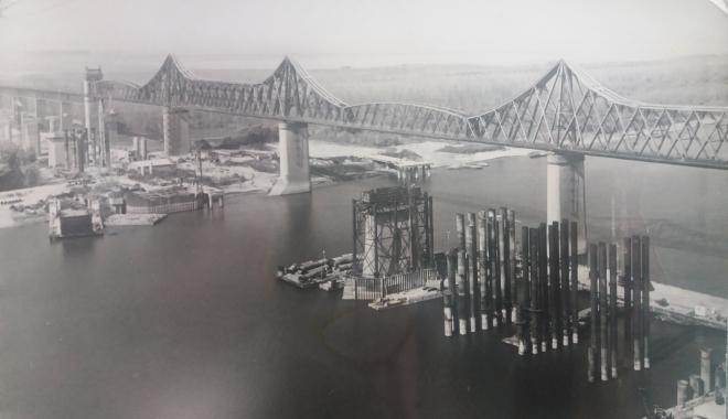 """Foto: Arhiva de Aur """"Cuget Liber"""". Podul Carol I şi şantierul noului pod rutier de la Cernavodă - 1983"""