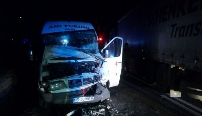 Foto: Accident teribil: Un tir s-a ciocnit cu un microbuz. 12 victime