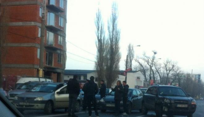ACCIDENT RUTIER în zona Mega Image din Mamaia. Mai multe maşini implicate. Poliţia, la faţa locului - untitled-1513238286.jpg