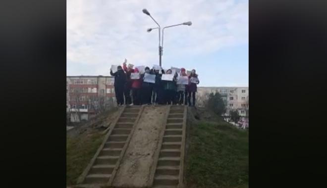 """Foto: VIDEO / COPIII DIN CONSTANŢA ÎŞI APĂRĂ DREPTUL DE A AVEA LOCURI DE JOACĂ: """"Nu ne distrugeţi copilăria!"""""""
