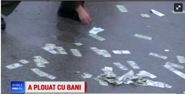 """Foto: """"PLOAIE"""" CU BANI PE AUTOSTRADĂ! Polițiștii au închis drumul timp de o oră să adune bancnotele"""