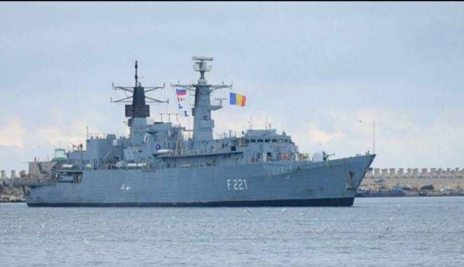 """Foto: """"«Regele» şi «Regina», nave de cheltuit banii şi pentru salve de tun la Ziua Marinei. În caz de război, nici măcar nu vor fi atacate de cineva: sunt inofensive!"""""""