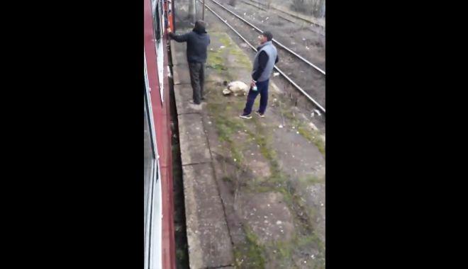 """Foto: VIDEO ŞOCANT! Şi-a găsit """"naşul"""". Călător dat jos din tren şi BĂTUT CRUNT de un controlor CFR"""