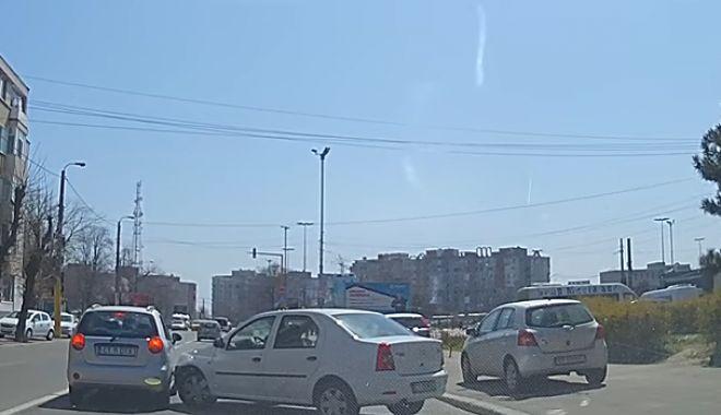 Foto: VIDEO! Accident la Constanţa, după ce o şoferiţă a vrut să întoarcă direct de pe trotuar, peste linia continuă