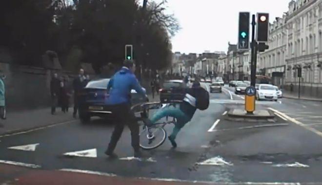 Foto: VIDEO. PE CÂND ŞI LA NOI SPIRIT CIVIC? Biciclist înarmat cu un cuţit, pus la pământ de trecători. Fugea de Poliţie!