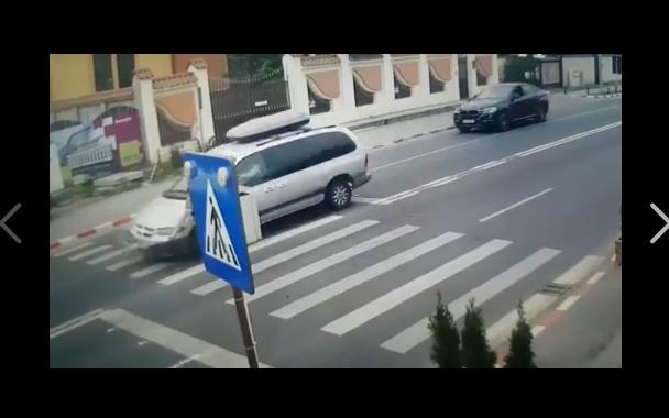 Foto: VIDEO ŞOCANT! TÂNĂRĂ LOVITĂ ÎN PLIN, CHIAR PE TRECEREA DE PIETONI DE LÂNGĂ ŞCOALĂ