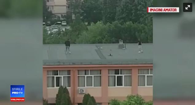 Foto: Tineri filmaţi când jucau fotbal pe acoperişul şcolii
