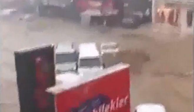 Foto: IMAGINI APOCALIPTICE! Maşini distruse şi inundaţii, după o furtună devastatoare