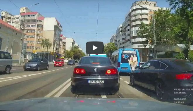 Foto: VIDEO / Șofer filmat coborând din mașină la o trecere de pietoni ca să ajute o persoană cu handicap
