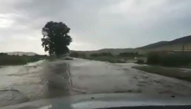 Foto: Video. Inundaţii în judeţul Constanţa. DN22A, blocat de aluviuni