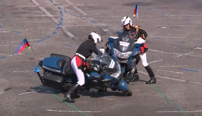 Foto: VIDEO. Doi motociclişti s-au lovit în timpul paradei de Ziua Franţei, în faţa preşedintelui Macron