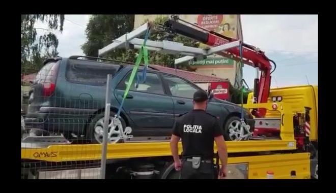 Foto: Încă o maşină a comercianţilor iliciţi, ridicată de Poliţia Locală