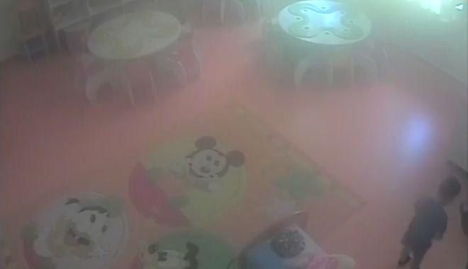 Foto: IMAGINI REVOLTĂTOARE! Copil de 3 ani, BĂTUT la creşă de îngrijitoare