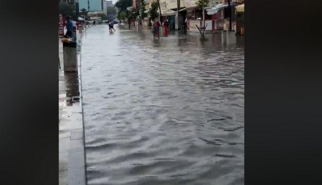 Foto: VIDEO. Cum arată promenada din Mamaia după o ploaie torenţială. Marea s-a mutat pe şosea