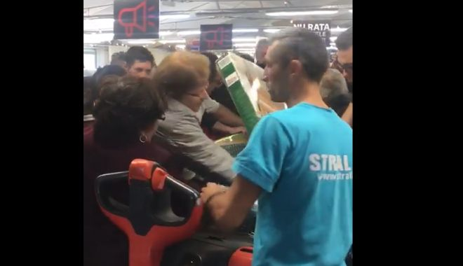 Foto: VIDEO INCREDIBIL! Bătaie pe băncuţe la promoţie, la un supermarket din Mamaia