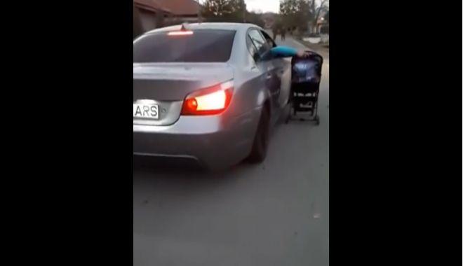 SCENE INCREDIBILE! Bebeluş în cărucior, plimbat pe lângă o maşină aflată în mers! - untitled-1540291184.jpg