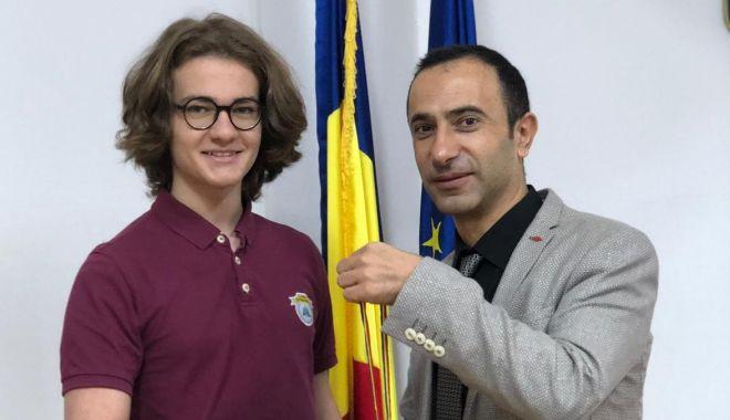 Foto: Edis Memiş, de la Liceul Internaţional de Informatică din Constanţa, medaliat cu argint la un nou concurs de matematică