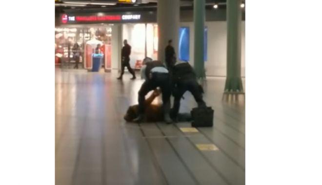 Foto: VIDEO. Un român a fost arestat, după ce a amenințat cu un cuțit pasagerii din aeroportul din Amsterdam