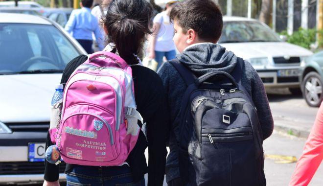Foto: Panică printre părinţii din cartierul Inel II. Elevi ameninţaţi de un bărbat, cu un briceag