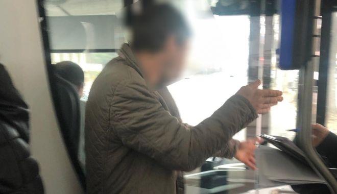 Foto: Bărbat încătuşat, într-un autobuz nou din Constanţa