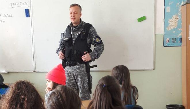 Foto: Şcoli constănţene, vizitate de poliţişti. Violenţa şi bullying-ul, pe lista subiectelor dezbătute