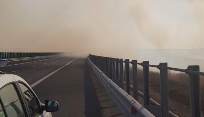 Foto: Atenţie, şoferi! Vizibilitate scăzută pe A2, din cauza unui incendiu la mirişte