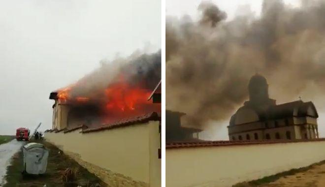 Foto: VIDEO / INCENDIU DE PROPORŢII. ARDE MĂNĂSTIREA DIN 23 AUGUST! Zeci de pompieri, în acţiune