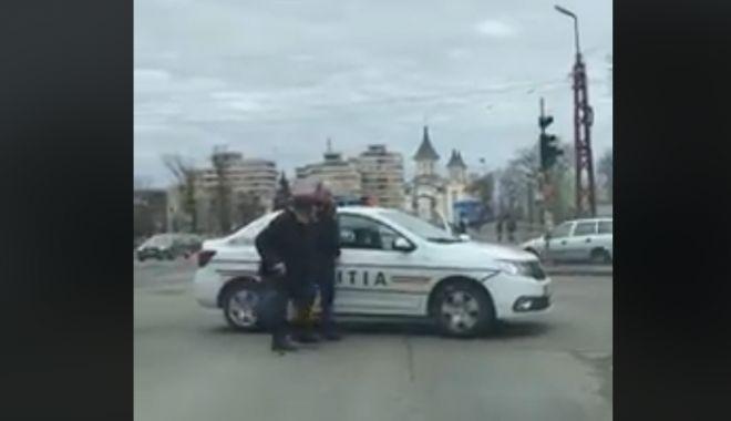 Foto: VIDEO. Un polițist a oprit traficul într-o intersecție aglomerată pentru a ajuta un bătrân să traverseze