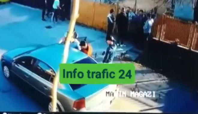 Foto: VIDEO ŞOCANT! Doi tineri, opriţi în trafic şi bătuţi, pentru că au ridicat praful cu maşina