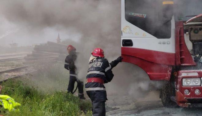 Foto: Arde un camion încărcat cu cereale, la intrare în Portul Agigea