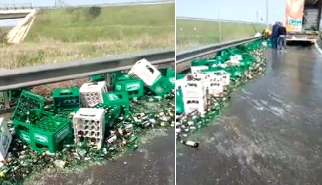 Foto: VIDEO. Un tir cu bere şi-a pierdut încărcătura, la ieşire de pe Autostrada Soarelui
