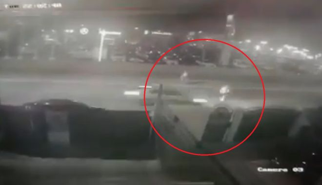 Foto: SCENE ŞOCANTE, surprinse de camerele video! Pieton SPULBERAT de un şofer de 19 ani, la Constanţa