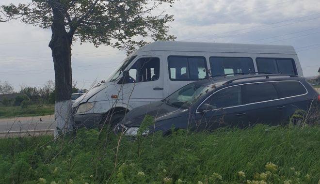 Foto: UPDATE. Accident la Constanţa! Microbuz cu călători, izbit în copac. Trei victime