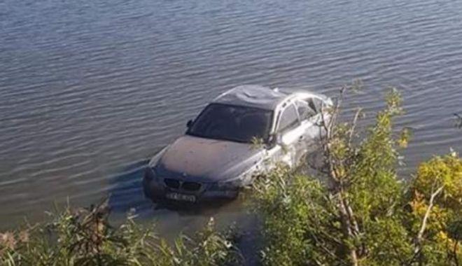 Foto: O tânără de 22 de ani, însărcinată, a plonjat cu mașina în apă