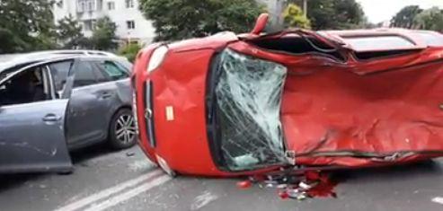 UPDATE/ Accident grav pe strada Soveja. Un autoturism e răsturnat, o victimă inconștientă. GALERIE FOTO/VIDEO - untitled-1592574547.jpg