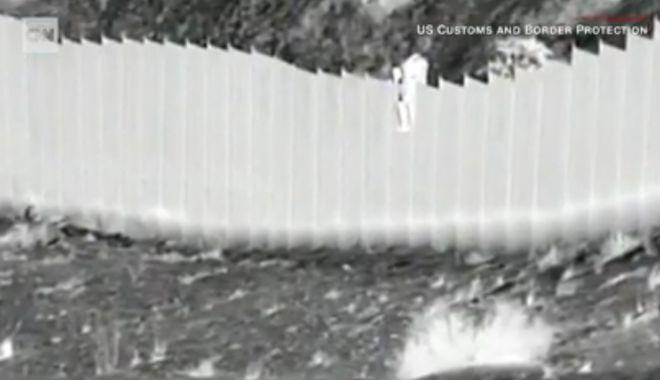 CNN: Imagini surprinzătoare la granița dintre Mexic și SUA. Doi copii, aruncaţi peste gard - untitled-1617350642.jpg