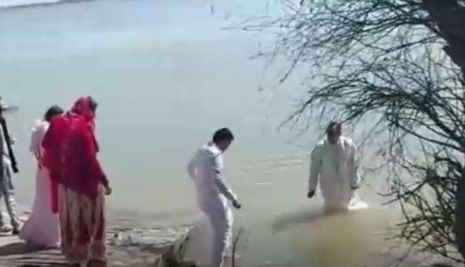 Pastor, sancţionat pentru organizarea unui botez pe malul Dunării - untitled-1618066404.jpg