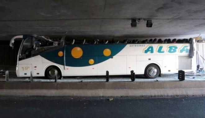 Imagini uluitoare. Un autocar prea înalt a intrat cu viteză într-un tunel - unu-1437979940.jpg
